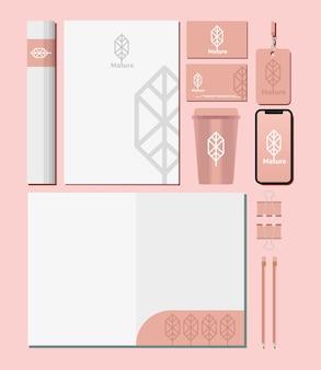 Documento cartaceo e pacchetto di elementi impostati mockup nel disegno dell'illustrazione rosa