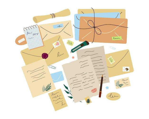 Lettere di carta, buste diverse, cancelleria, francobolli