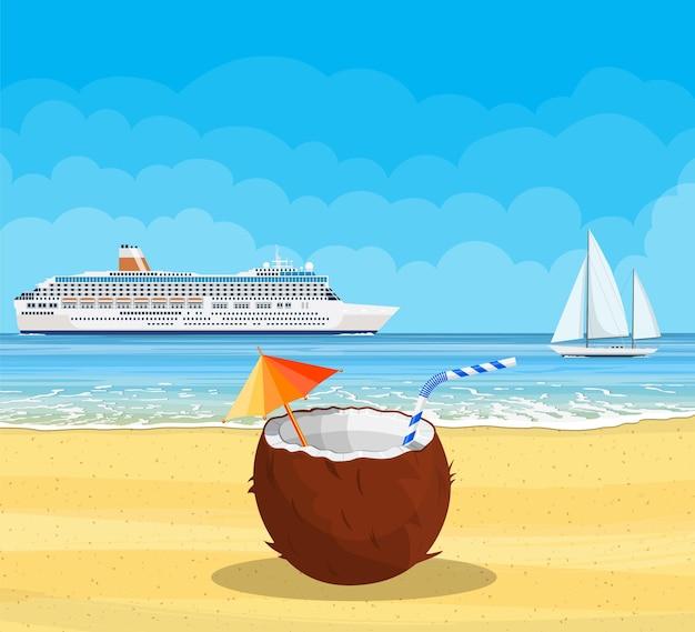 Spiaggia paradisiaca del mare con nave da crociera e cocco con bibita fresca, cocktail alcolici. località di soggiorno tropicale dell'isola.