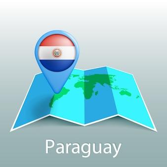 Mappa del mondo di bandiera del paraguay nel pin con il nome del paese su sfondo grigio
