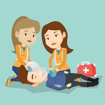I paramedici che fanno la rianimazione cardiopolmonare