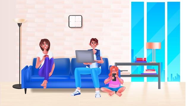 Genitori con bambina che utilizzano gadget digitali social media network concetto di comunicazione online illustrazione vettoriale orizzontale a tutta lunghezza
