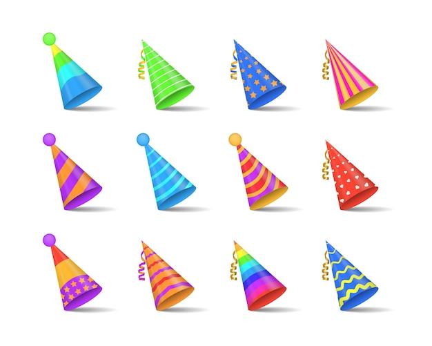 Cappucci lucidi del partito isolati su priorità bassa bianca. collezione di cappelli festivi per feste e celebrazioni festive. cappello in carta cono con elementi di decorazione di compleanno.