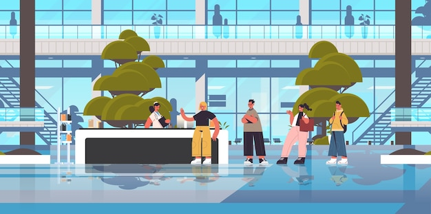 Pazienti in fila in coda al banco della reception con receptionist concetto di medicina sanitaria ospedale edificio orizzontale esterno