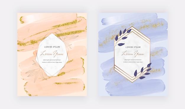 Carte di design con coriandoli glitterati e scintillanti oro con pennellate di pesca e blu con cornici geometriche in marmo.
