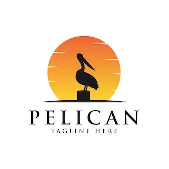 Annata di logo dell'uccello del pellicano con l'illustrazione della priorità bassa del sole