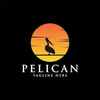Vintage logo dell'uccello del pellicano con il disegno dell'illustrazione di vettore del fondo del sole