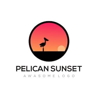 Gradiente dell'illustrazione del logo del tramonto del pellicano colorato