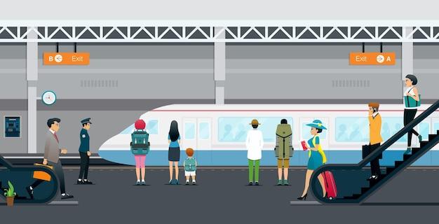 Le persone scendono le scale per viaggiare in metropolitana.