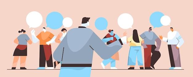 Persone che chattano in messenger o social network chat bolla comunicazione online messaggistica istantanea o scambio di informazioni concetto illustrazione vettoriale orizzontale