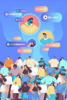 Le persone comunicano in messaggistica istantanea tramite messaggi vocali applicazione di chat audio social media concetto di comunicazione online illustrazione vettoriale verticale