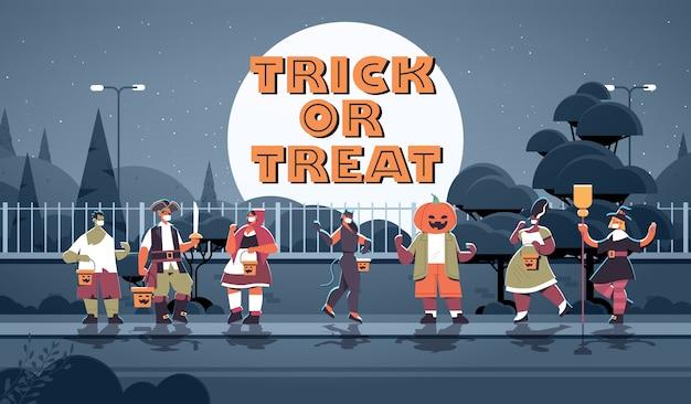 Persone in costume che indossano maschere per prevenire il coronavirus felice festa di halloween celebrazione concetto dolcetto o scherzetto lettering biglietto di auguri a figura intera orizzontale copia spazio illustrazione vettoriale