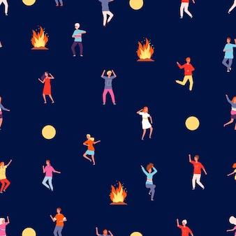 Persone che ballano di notte. modello del partito sulla natura, sul fuoco e sulla ragazza felice del ragazzo. struttura senza giunte di vettore di sera del campo