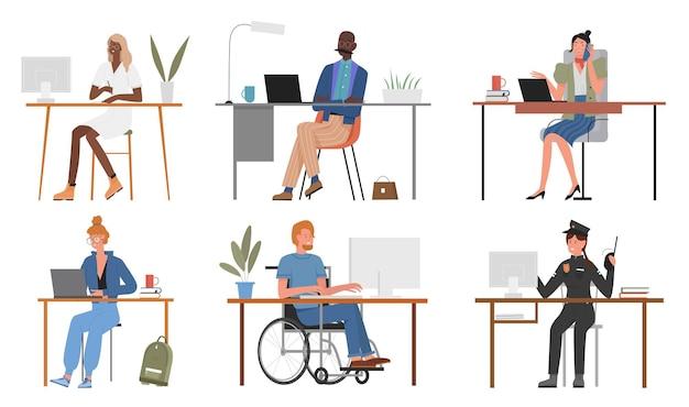 Persone di diverse professioni lavorano insieme, seduti a tavola con computer o laptop