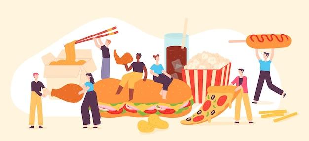 La gente mangia fast food. piccoli uomini e donne amano cibi spazzatura, pizza, popcorn, patatine e pollo fritto. concetto di vettore del pasto gustoso street cafe. illustrazione fast food, personaggio mangia nutrizione
