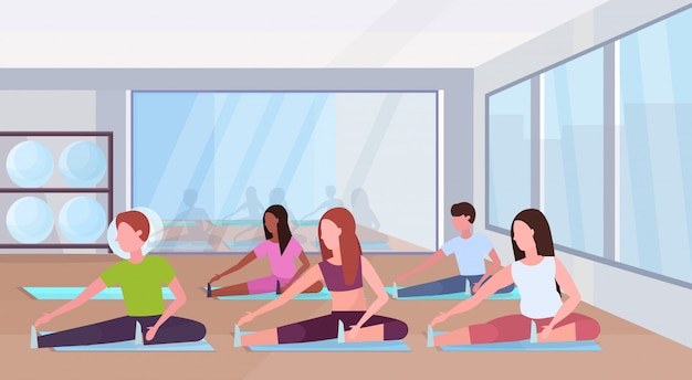 La gente raggruppa facendo gli esercizi di allungamento mescolano la corsa uomini donne che si preparano in palestra allenamento aerobico stile di vita sano concetto piano moderno club di salute studio interno orizzontale integrale