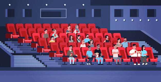 Gruppo di persone che guardano film seduti al cinema con popcorn e cola mescolano uomini e donne che si divertono a ridere della nuova commedia piatta a figura intera orizzontale