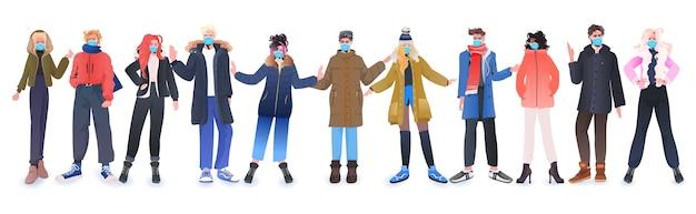Gruppo di persone che indossano maschere per prevenire la pandemia di coronavirus uomini donne in abiti invernali in piedi insieme illustrazione vettoriale orizzontale a figura intera