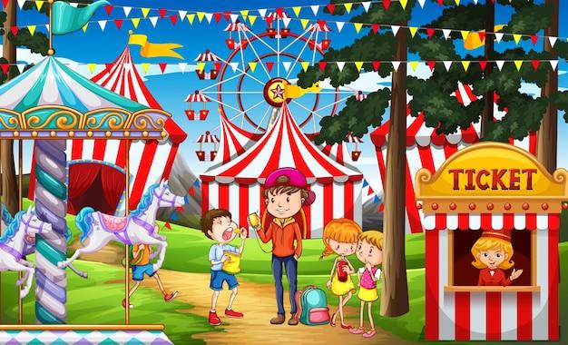 Le persone si divertono al circo