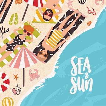 Gente sdraiata sulla spiaggia di sabbia, prendere il sole vicino oceano e iscrizione sea and sun scritta a mano con caratteri calligrafici. illustrazione di vettore stagionale del fumetto piatto