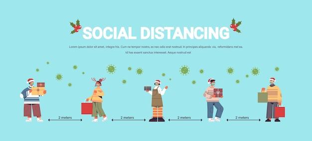 Persone in maschere mantenendo la distanza sociale per prevenire la pandemia di coronavirus capodanno vacanze di natale celebrazione concetto a figura intera orizzontale copia spazio illustrazione vettoriale