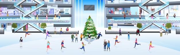 Persone in maschera pattinaggio sulla pista di pattinaggio sul ghiaccio mix gara uomini donne divertirsi vicino all'albero di natale vacanze di capodanno concetto di quarantena del coronavirus illustrazione a figura intera