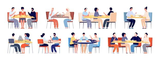 Le persone giocano a giochi da tavolo. carte da gioco in famiglia, amici al tavolo da gioco. giocatori giovani e anziani felici, set di vettori per giocatori di poker con gettoni di scacchi. strategia del gioco da tavolo, illustrazione del passatempo delle persone