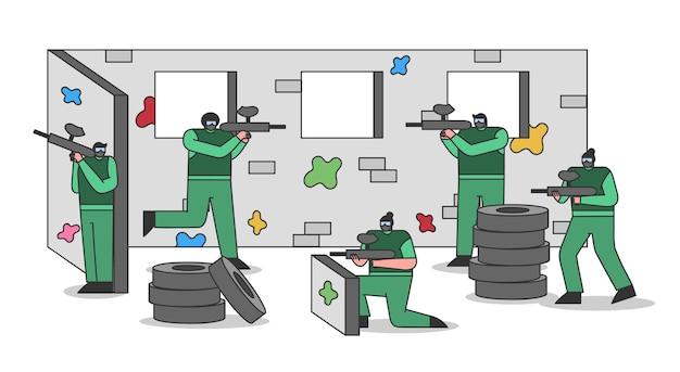 Persone che giocano a paintball gioco personaggi dei cartoni animati in uniforme