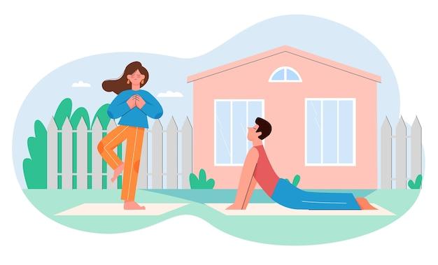 Persone che praticano yoga, allenamento, asana, esercizi di fitness nel giardino estivo