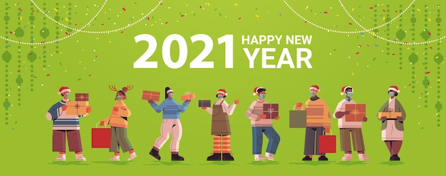 Persone in cappelli di babbo natale in possesso di doni mescolano razza uomini donne che celebrano 2021 capodanno e vacanze di natale illustrazione vettoriale a figura intera orizzontale