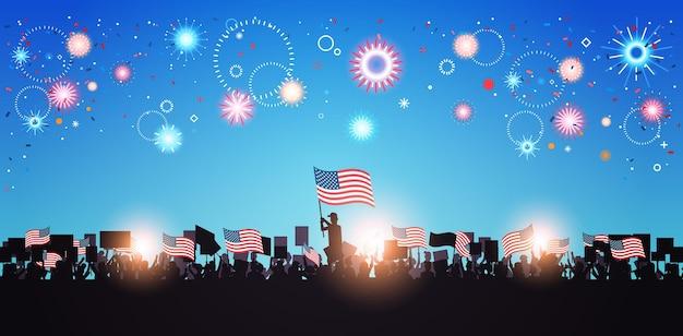 Sagome di persone che tengono bandiere degli stati uniti che celebrano le vacanze del giorno dell'indipendenza americana, banner orizzontale del 4 luglio