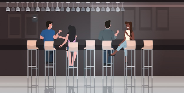 Persone sedute su sgabelli al bar discutendo durante la riunione