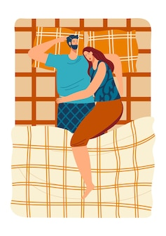 La gente dorme nel letto, la donna della famiglia padre felice, l'uomo sdraiato insieme