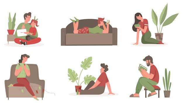 Le persone trascorrono del tempo a casa insieme, giovane e donna leggendo libri, tenendo lo smartphone