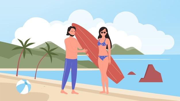 Coppia di surfisti di persone sulla spiaggia dell'oceano in estate
