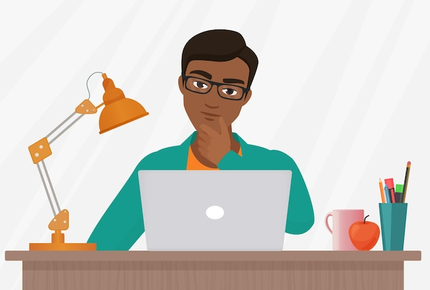 La gente pensa che lo studio del lavoro interroghi un giovane premuroso che lavora al computer portatile sul posto di lavoro