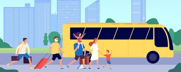 La gente viaggia in autobus. stazione di trasporto pubblico, folla che corre con le valigie. trasporto di gruppo di turisti, illustrazione vettoriale di servizio di viaggio. viaggio di trasporto in autobus, viaggio di trasporto di persone