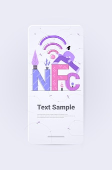 Persone che utilizzano una macchina di pagamento e un telefono cellulare con pagamento senza contatto con carta di credito transazione nfc riuscita