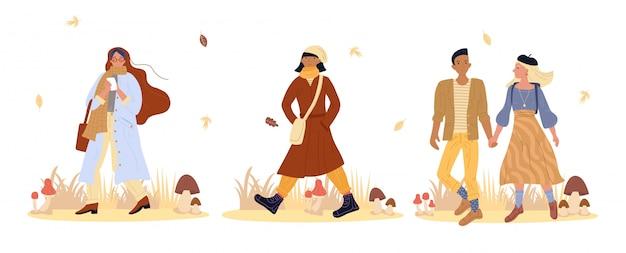 La gente che cammina nella foresta di autunno in pieno del fungo