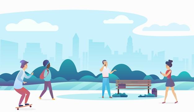 Persone che camminano e si rilassano in un bellissimo parco pubblico urbano con lo skyline della città moderna sullo sfondo