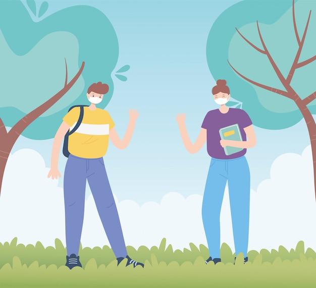 Persone con mascherina medica, coppia che mantiene la distanza nel parco, attività della città durante il coronavirus