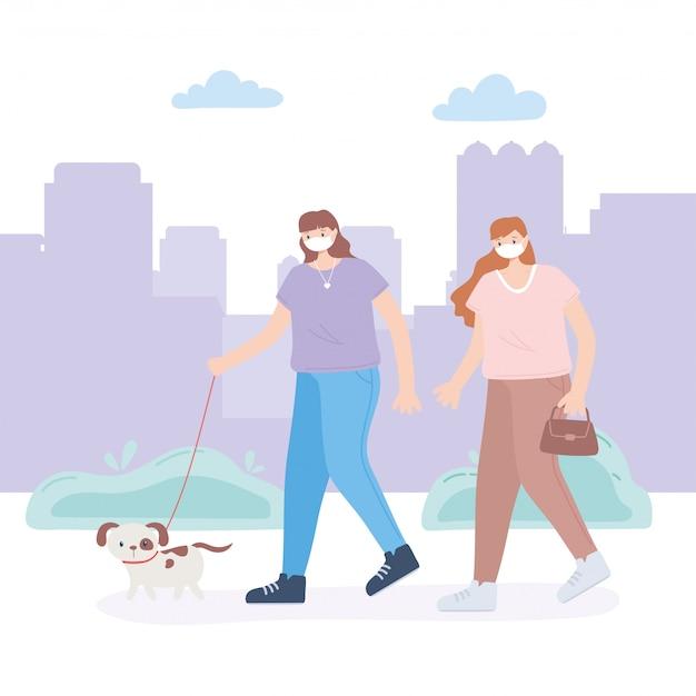 Persone con mascherina medica, ragazza con borsa e donna con cane, attività in città durante il coronavirus