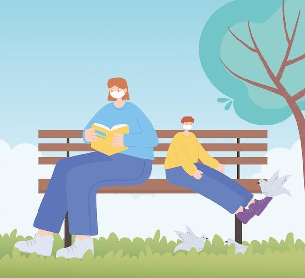Persone con mascherina medica, donna e ragazzo in panchina, attività in città durante il coronavirus