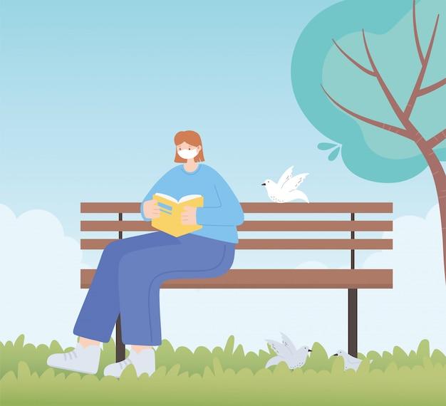 Persone con mascherina medica, libro di lettura della donna sulla panchina nel parco, attività della città durante il coronavirus