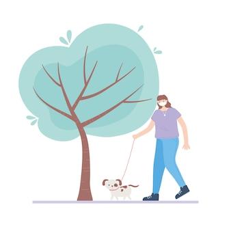Persone con mascherina medica, donna che cammina con il cane, attività della città durante il coronavirus