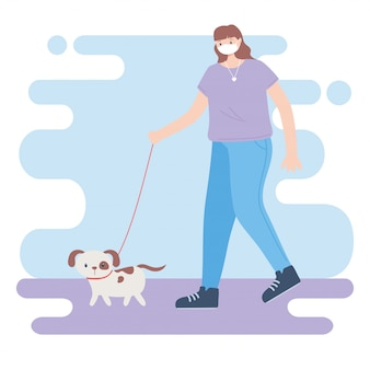 Persone con mascherina medica, donna che cammina con un cane, attività della città durante il coronavirus