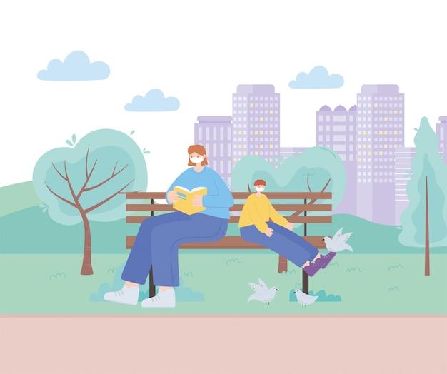 Persone con mascherina medica, donna con bambino su una panchina nel parco, attività della città durante il coronavirus