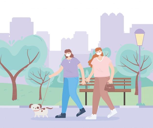 Persone con mascherina medica, donne che camminano con la scena urbana del parco del cane, attività della città durante il coronavirus