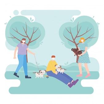 Persone con mascherina medica, giovane e donne con cani e pattini nel parco
