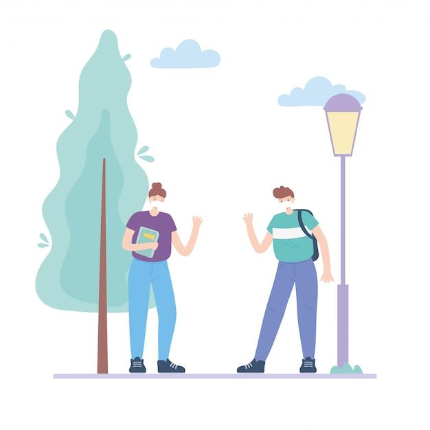 Persone con mascherina medica, giovane donna con libro e uomo con borsa in strada, attività in città durante il coronavirus